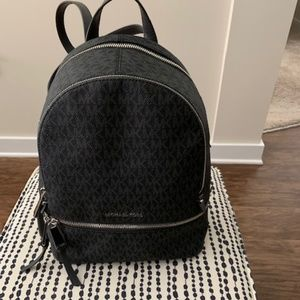 Michael Kors - Signature Rhea Zip Backpack (Blk)